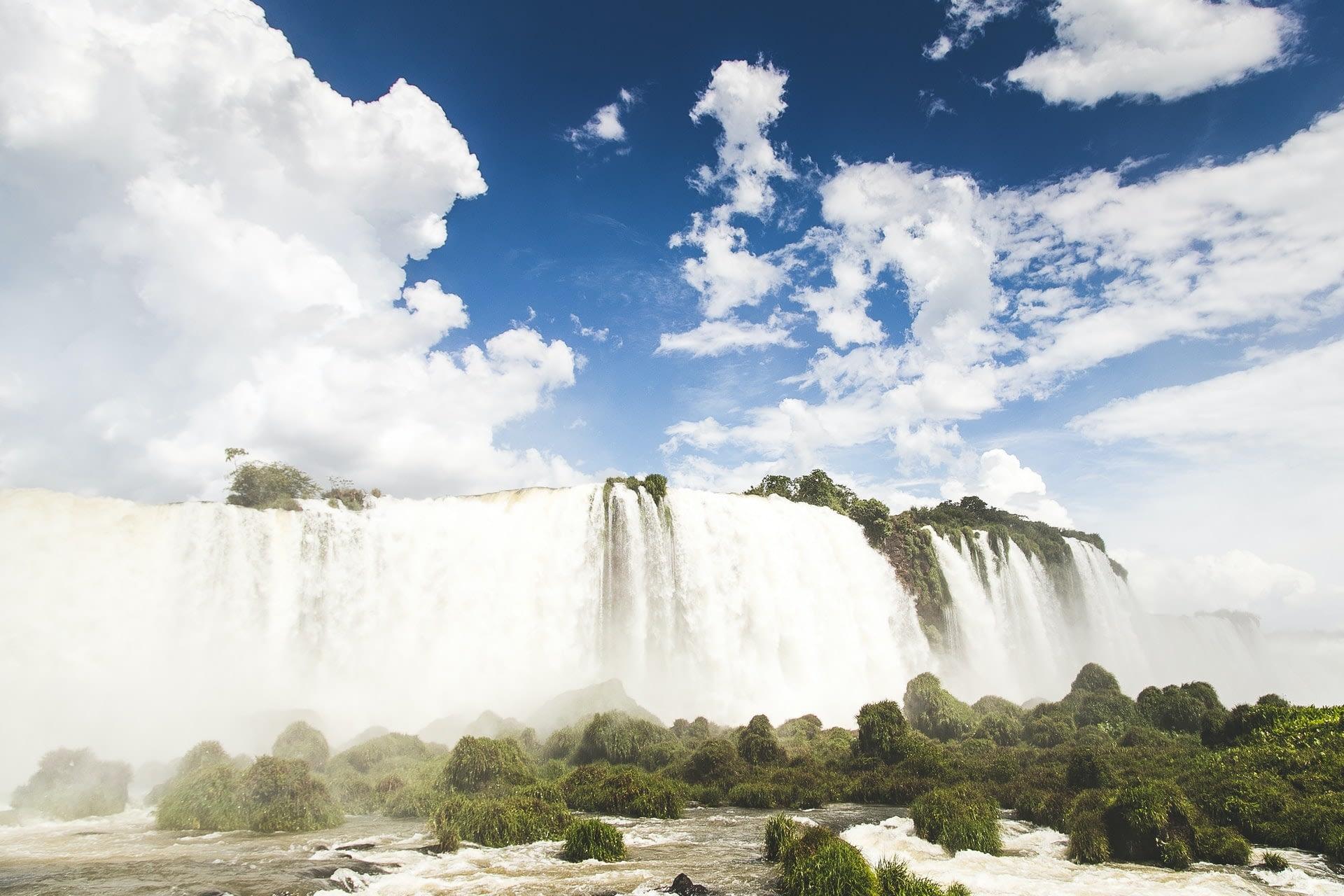 Водопады на реке Игуасу в Бразилии