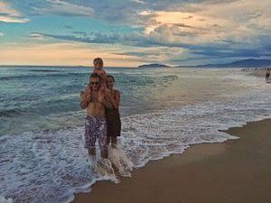 На пляже Флорианополиса всей семьей
